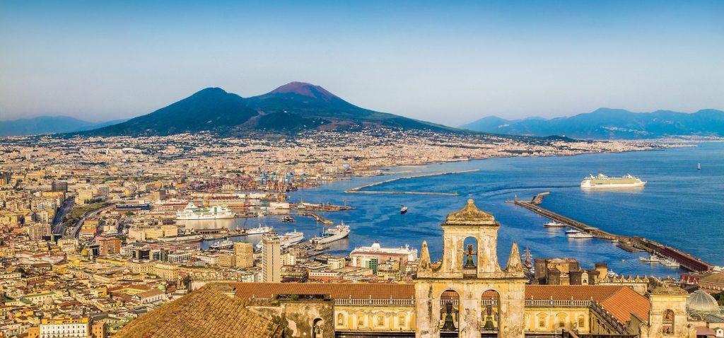 Neapol - panorama miasta z Wezuwiuszem w tle