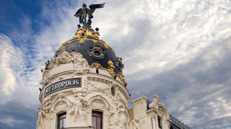 Budynek Metropolis. Pod skrzydłami Wiktorii