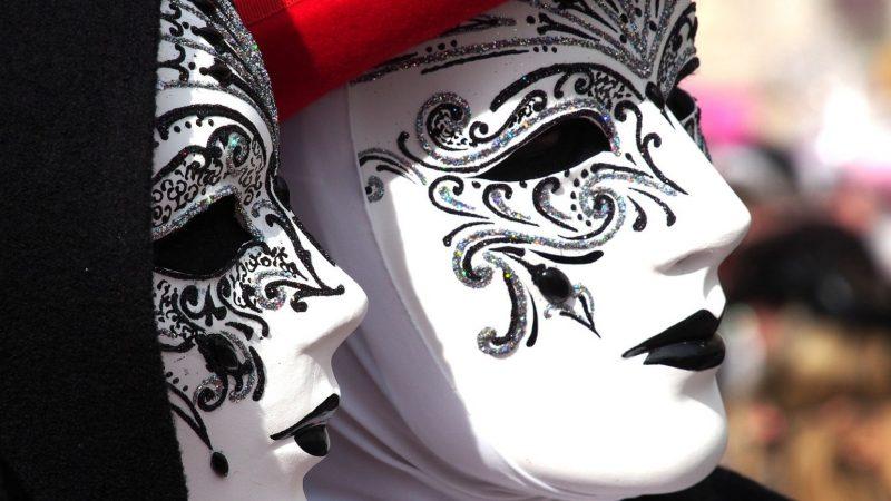 Maska wenecka. Misterny symbol włoskiego karnawału