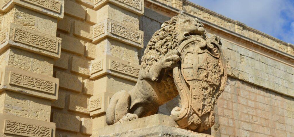 Brama Miejska zdobiona posągami lwów
