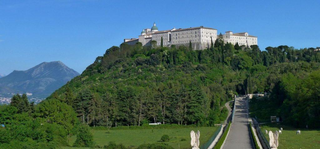 Wzgórze Cassino wnosi się na szlaku między Neapolem a Rzymem