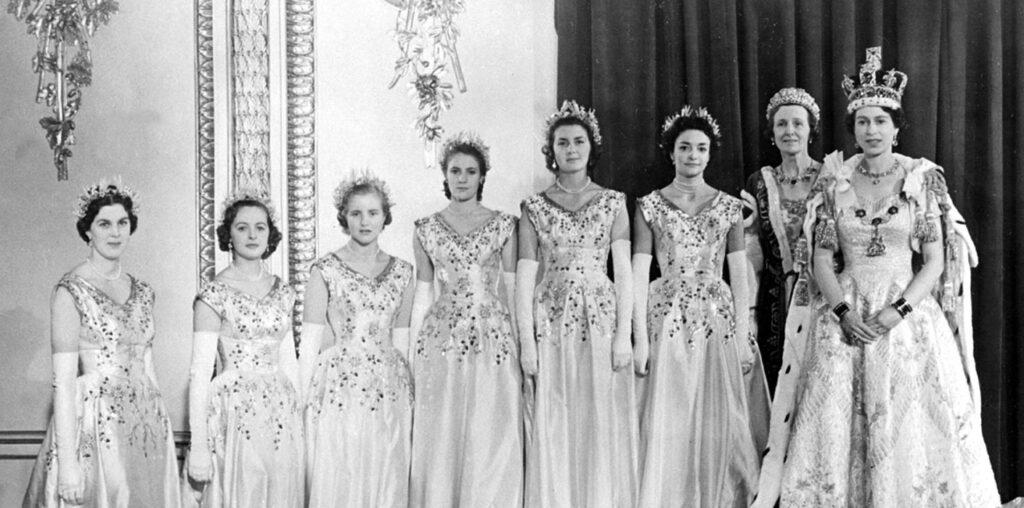 Elżbieta II w towarzystwie druhen