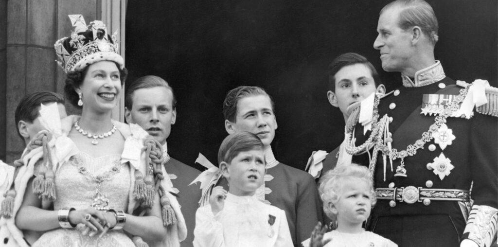 Rodzina królewska na balkonie po uroczystości koronacji